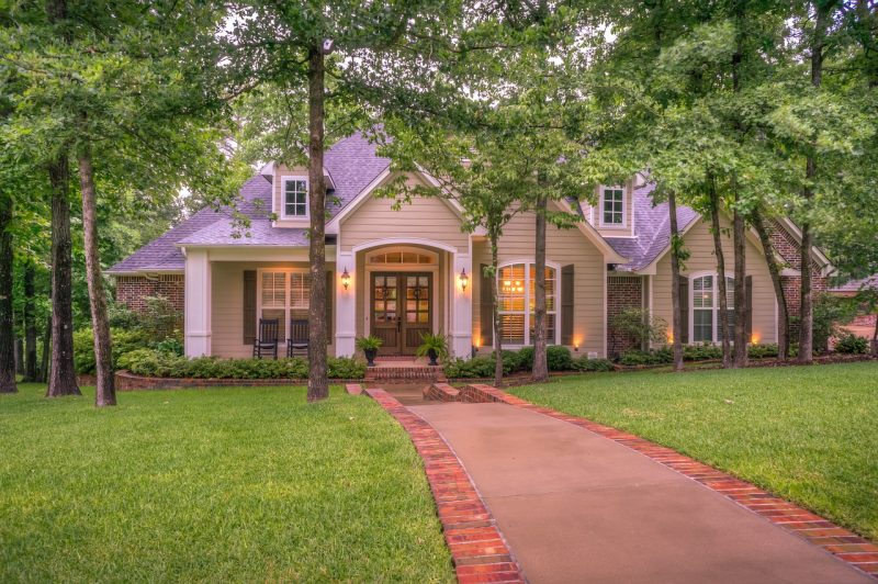 Selling Your House? How to Easily and Cheaply Improve Curb Appeal